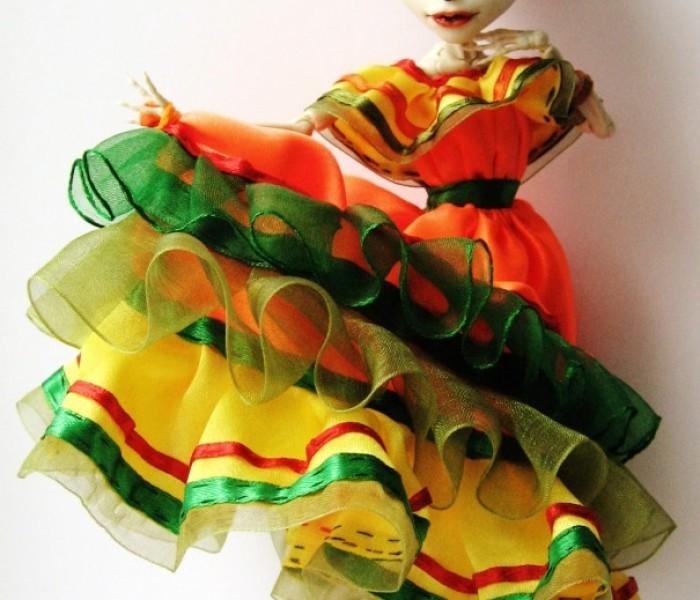 Платье с мексиканскими мотивами и яркие босоножки на танкетке для Скелитты Калаверас