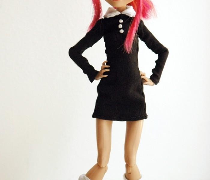 Простое чёрное платье и белые гольфики для малышек Monster High