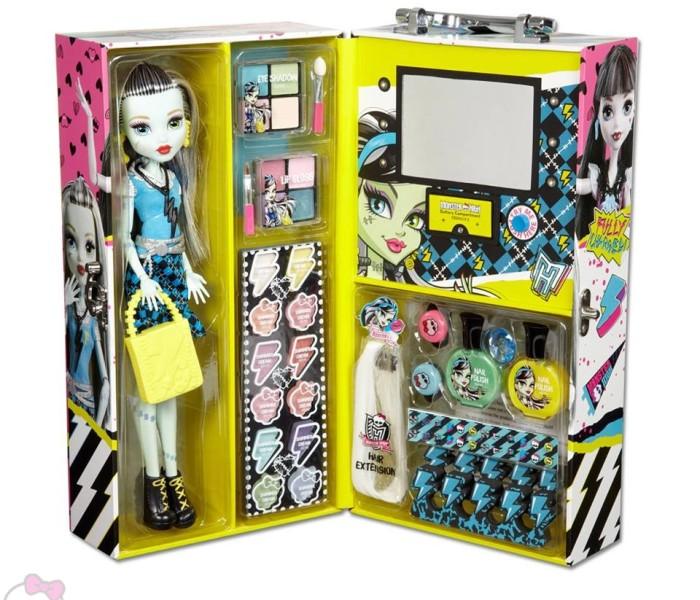Промо-фото наборов «Fashion Doll Case» с косметикой и куклами Дракулауры/Френки