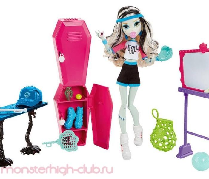 Промо-фото плейсета Skulltimate Locker Room с куклой Френки Штейн